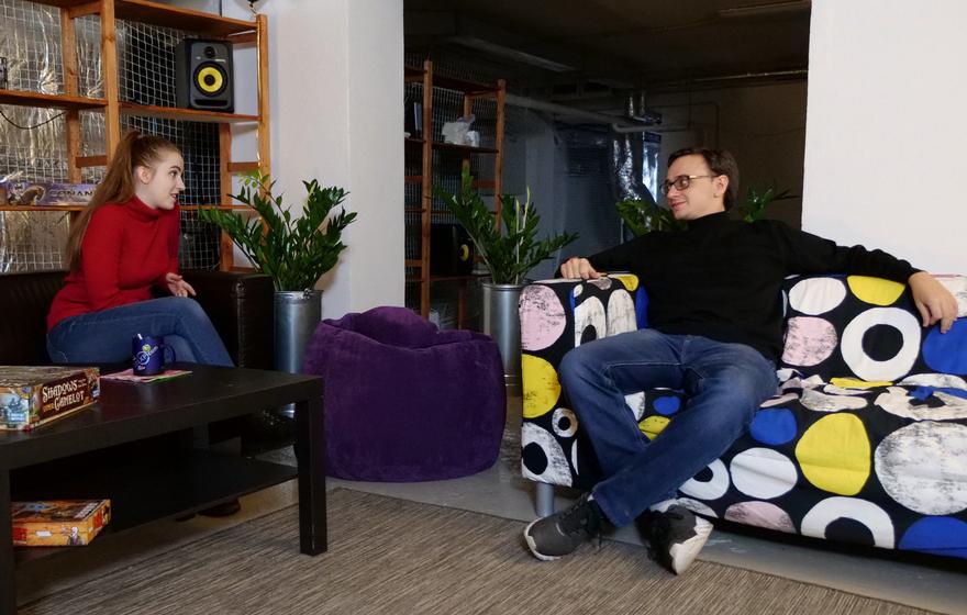 Диана и Женя на диванчиках
